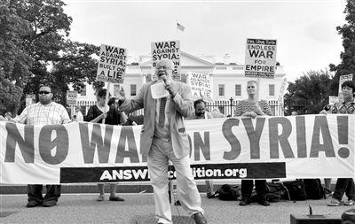 8月29日,华盛顿,反战示威者在白宫外抗议。