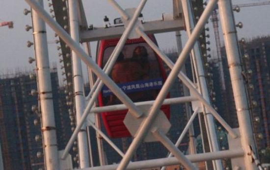 一对男女在浙江某游乐园的摩天轮上上演活春宫