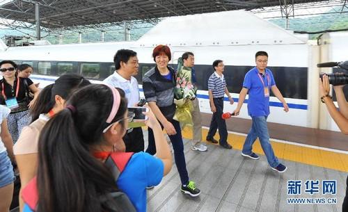 中国女排主教练郎平(中)抵达湖南郴州。新华社发(李细万 摄)