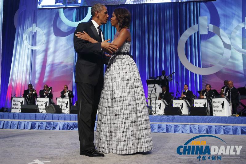 当地时间2013年9月21日,美国华盛顿,美国总统奥巴马携夫人米歇尔出席美国国会非裔议员同盟年度凤凰奖颁奖晚宴,奥巴马发表讲话,并与妻子米歇尔在舞台上大秀恩爱。