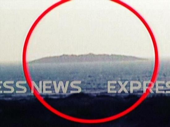 画面显示,因受强震影响,巴基斯坦海岸边数百米处冒出一座小岛。
