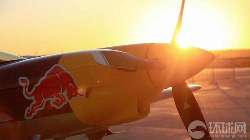 2013年9月19日,法库财湖机场,世界上最顶尖的无限制级特技飞机――XA42在夕阳中。