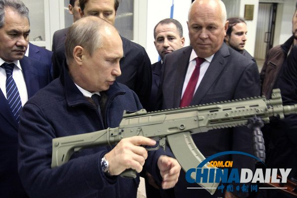 俄总统普京视察兵工厂,检查并亲自调试枪支src=