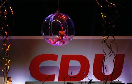美女在透明的球体内表演。