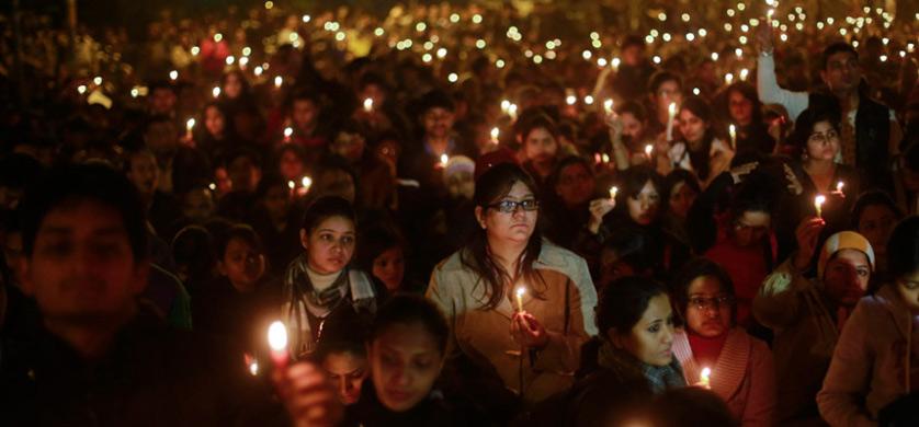 2012年12月29日晚,印度新德里,民众聚集在一起为轮奸案去世女学生举行烛光守夜活动。印度新德里恶性轮奸案受害女子29日在新加坡不治去世。