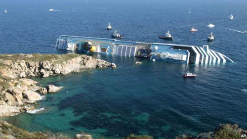 """在意大利吉利奥岛外触礁倾覆的豪华邮轮""""协和号""""。"""