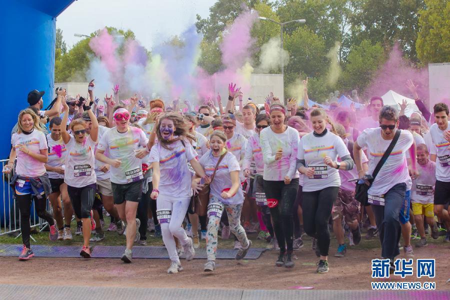 """(国际)(4)布达佩斯举办""""彩色跑步""""慈善活动"""