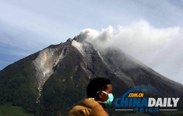 印尼锡纳朋火山爆发 学生戴口罩淡定上课(组图)