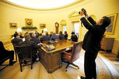 奥巴马举行会议期间,索萨在一旁拍摄。