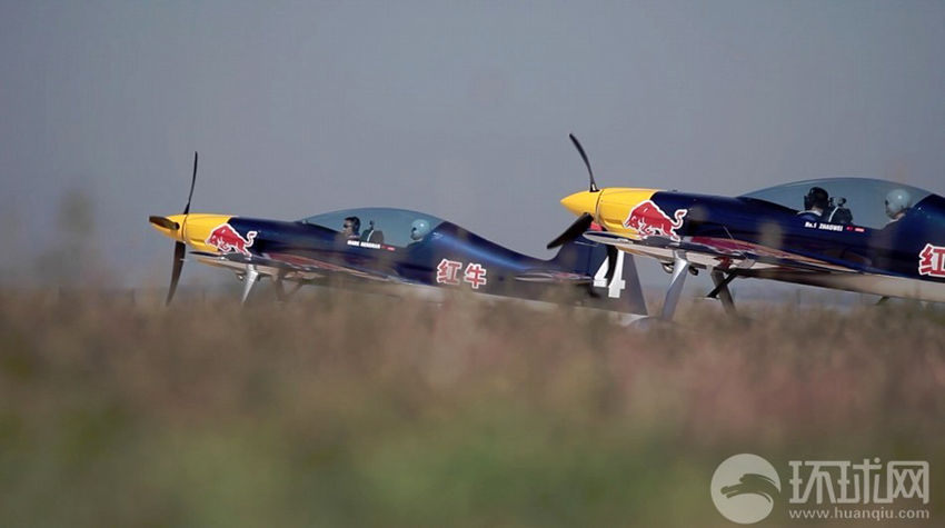 2013年9月16日,法库财湖机场,红牛特技飞行队双机编队正在起飞。
