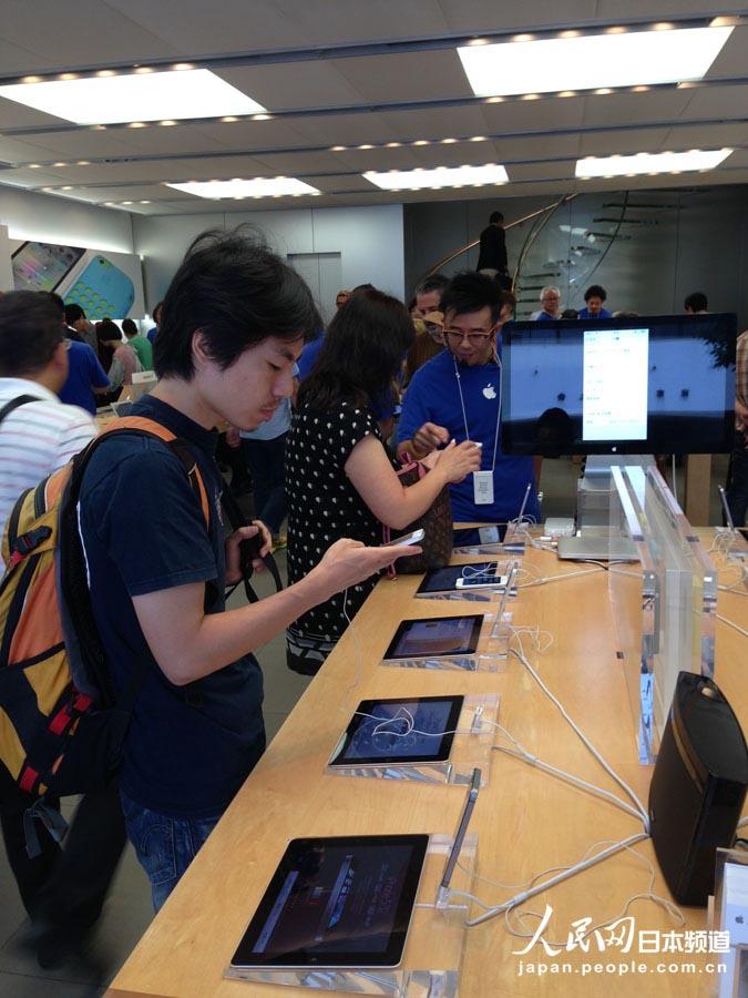 苹果店内正在尝试iphone5s的果粉
