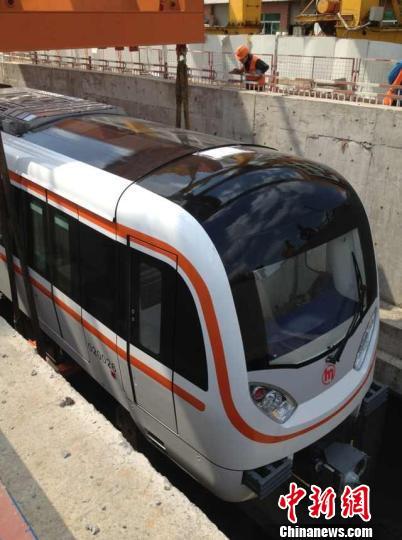列车在朝阳村站拼装好后,由内然机车拖至蜀山车辆段,进行调试。 陈晶晶 摄