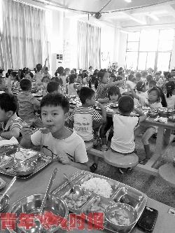 江南实验学校一年级学生就餐。