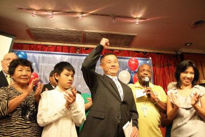 刘醇逸与家人感谢支持者及义工。(美国《世界日报》/许振辉 摄)