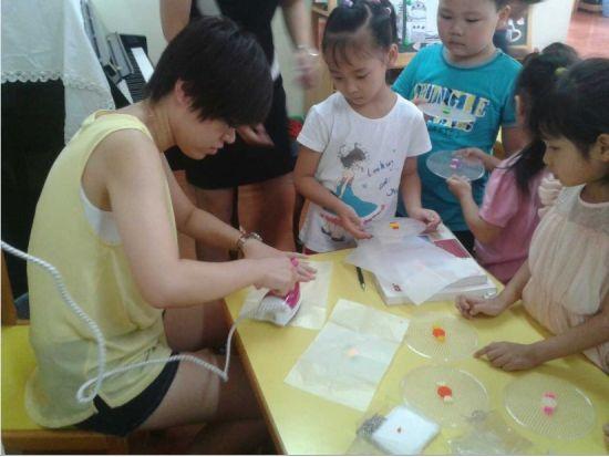 老师教小朋友们做糖果