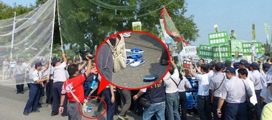 马英九今天(26日)上午参访云林科技大学,并与学生座谈,校门口聚集两百多名民众,拉抗议布条。台湾《联合报》图