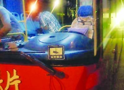 公交车前后挡风玻璃都贴有标志,显示安装了监控抓拍系统。
