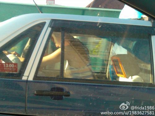 上海一男女出租车内车震 隔壁大巴司机眼珠子都看直了(组图)