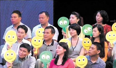观众举牌对官员的回应表态。 均为荧屏图片