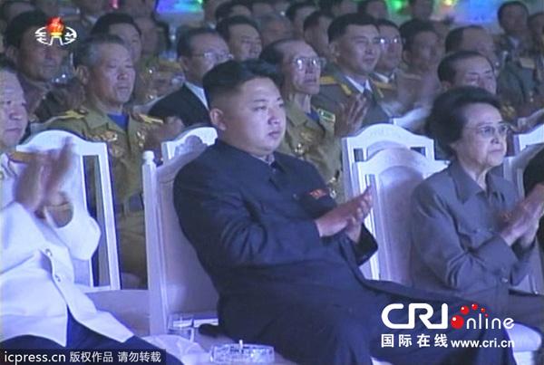 当地时间2013年7月28日报道,朝鲜领导人金正恩观看牡丹峰乐团演出,庆祝停战60周年。