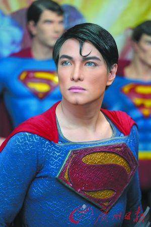 扮成超人的赫尔伯特·查韦斯。