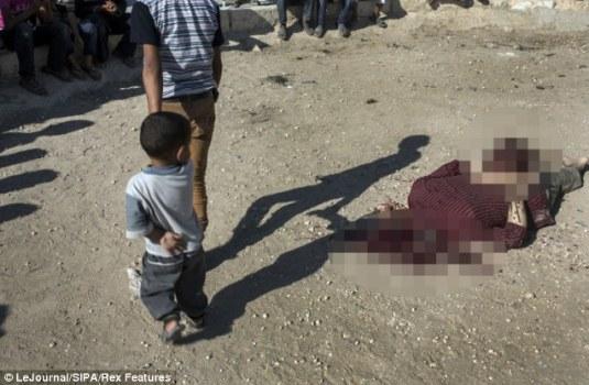 叙反对派在儿童面前将政府军士兵斩首(组图)(3)