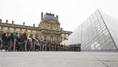 中国游客持假票参观卢浮宫或与当地旅行社有关