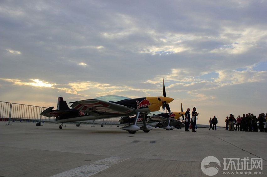 2013年9月19日,法库财湖机场,红牛特技飞行队向媒体和公众做地面展示。