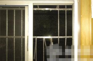 被撬棍撬开的保笼 图片由警方提供