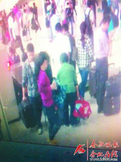 ○视频拍下红衣女子拎包的画面
