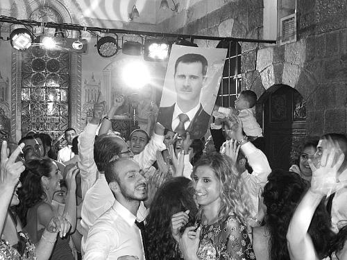 在叙利亚,婚姻并未因战火而停滞。图为大马士革一对新婚夫妇的婚礼。