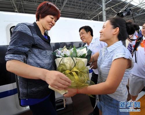 抵达湖南郴州的中国女排主教练郎平(左)受到欢迎。新华社发(李细万 摄)