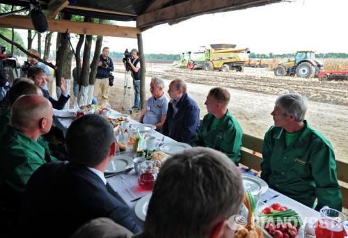俄罗斯总统普京与康拜因手共进午餐。