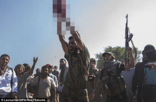 叙反对派在儿童面前将政府军士兵斩首(组图)(4)