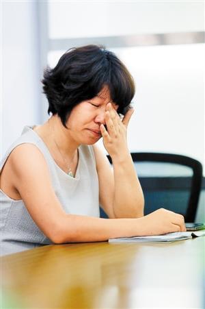 陶女士说着说着就哭了。 本版图片由深圳晚报记者 刘钢 摄
