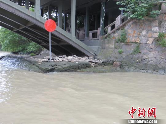 图为:运河杭州段老德胜桥西侧开裂的护坡。 陆文琳 摄