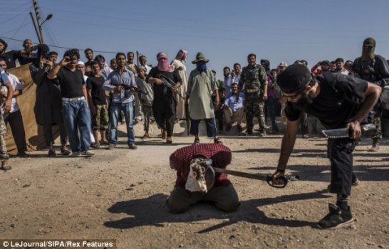 叙反对派在儿童面前将政府军士兵斩首(组图)