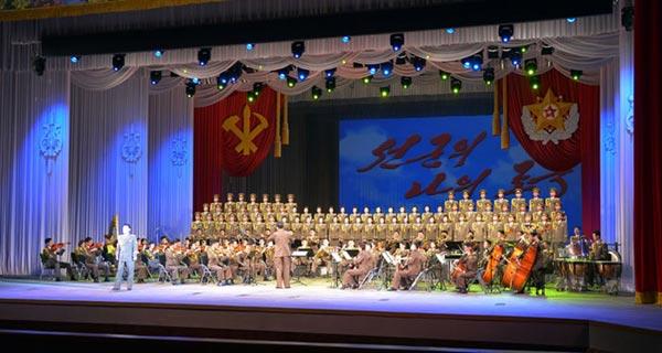朝鲜人民内务军协奏团音乐舞蹈综合演出《我的先军祖国》。 图片来源:朝鲜《劳动新闻》