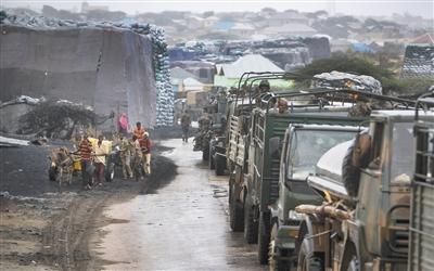 2012年10月2日,肯尼亚军队驶入索马里。青年党称袭击为报复肯尼亚2011年开始加入非盟在索马里维和任务。