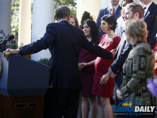 奥巴马宣传医改 转身伸手帮助孕妇保持平衡
