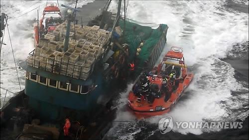韩海警拦截两艘中国渔船发生冲突双方人员受伤