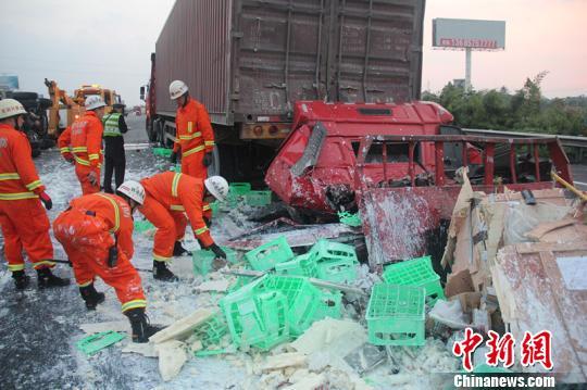 图为事故现场散落的货物。 江耘 摄