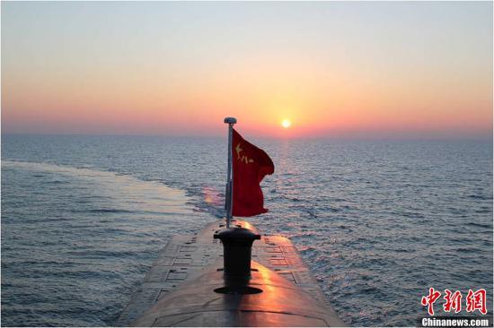 """中国海军第一支核潜艇部队——海军北海舰队某潜艇基地组建以来,创造了世界核潜艇一次长航时间新纪录;检验了中国核潜艇深海作战性能;水下发射运载火箭,宣告中国海基战略威慑力量正式形成;连续42年守护核安全,从未发生过核事故。 此次这支""""杀手锏""""部队首次揭秘。图为战略导弹核潜艇劈波斩浪。(资料图片)中新社发"""