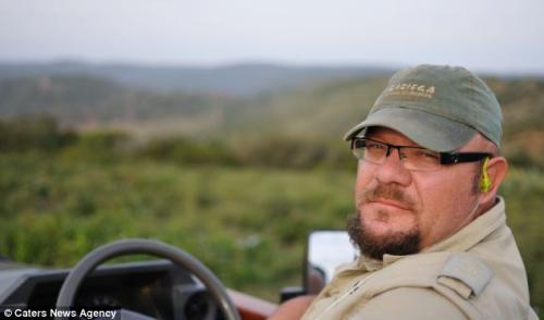 摄影师詹宁斯当时与这对狮子仅仅只有6米的距离。