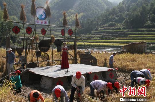 农民用农具搭成舞台,零投入庆丰收。 李梦清 摄