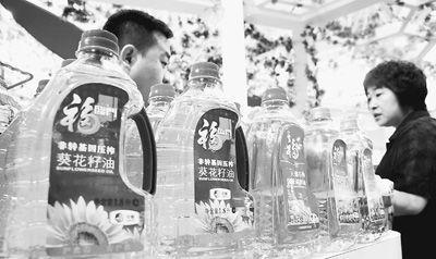 公众对转基因食品的担忧让很多商家看到了商机。图为中粮集团在天津某展会上展出的非转基因葵花籽油。