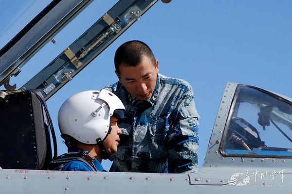 资料图:基地飞行员接收飞机。