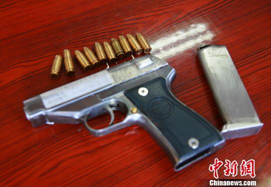 图为涉案的枪支中唯一一把真枪。 李晨韵 摄