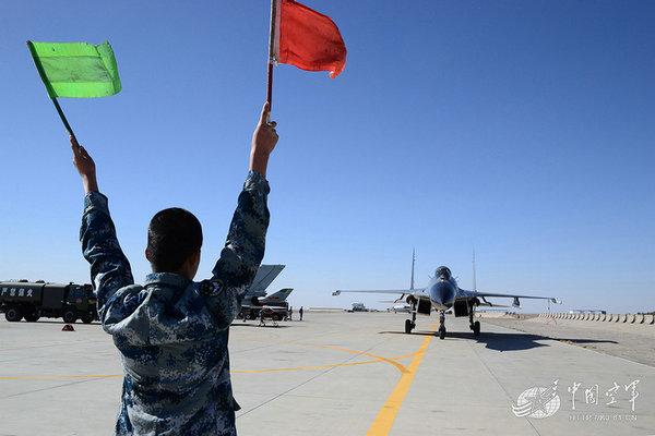 资料图:基地解放军战机进行起飞前准备。