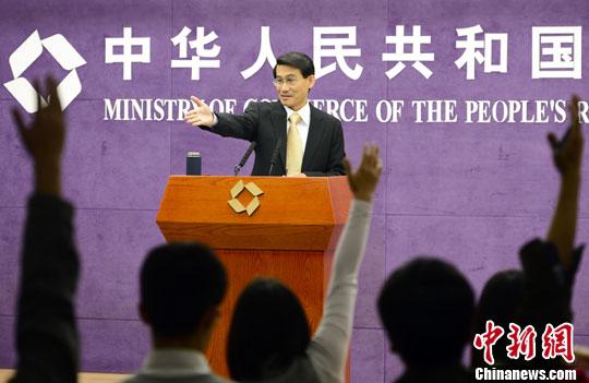 10月17日,中国商务部举行例行发布会,介绍1-9月中国商务运行情况。图为商务部新闻发言人沈丹阳。中新社发 刘震 摄
